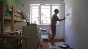 El individuo está pintando la pared almacen de metraje de vídeo