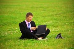 El individuo está trabajando al aire libre Fotos de archivo