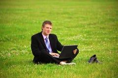 El individuo está trabajando al aire libre Imagen de archivo