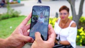 El individuo fotografió a la muchacha en el parque metrajes