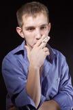 El individuo fuma Foto de archivo libre de regalías