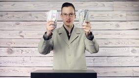 El individuo goza del dinero almacen de video
