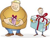 El individuo grande con pequeño presente y enrarece con el enorme Foto de archivo libre de regalías