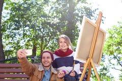 El individuo hace el selfie con un artista de la chica joven Fotografía de archivo libre de regalías
