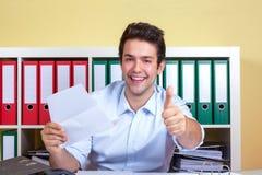 El individuo hispánico en la oficina está mostrando el pulgar para arriba Fotografía de archivo libre de regalías