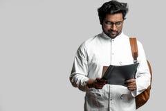 El individuo indio se está preparando para los exámenes lea las conferencias, artículos foto de archivo