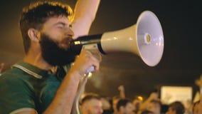 El individuo inspirado con grito salta, enciende a la muchedumbre para la reforma principio de la revolución almacen de video