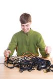 El individuo joven con los cables aislados en un blanco Foto de archivo