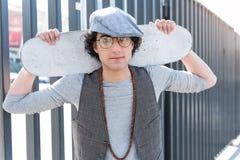 El individuo joven de moda está descansando sobre la calle Imagen de archivo