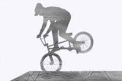 El individuo joven en BMX entrena en la rampa Imagen de archivo