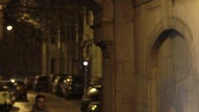 El individuo joven en vidrios corre en pasillo y sonríe en la noche almacen de video