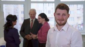 El individuo joven mira a hombres de negocios imágenes de archivo libres de regalías