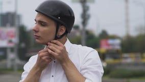 El individuo joven pone un casco almacen de video