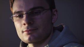 El individuo joven que se sentaba delante de la sonrisa del comienzo del ordenador recived un achivement metrajes