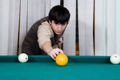 El individuo juega billares Foto de archivo libre de regalías