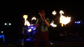 El individuo juega con el fuego almacen de video