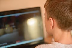 El individuo juega a un juego de ordenador en su copeck Foto de archivo
