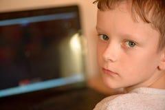 El individuo juega a un juego de ordenador en su copeck Fotos de archivo