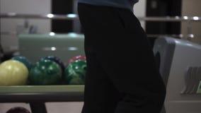El individuo lanza una bola que rueda almacen de video