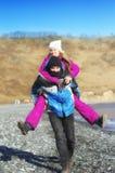 El individuo lleva a la muchacha en la parte posterior imagenes de archivo