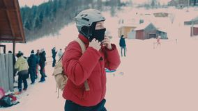 El individuo lleva un casco para la snowboard almacen de video