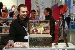 El individuo mira a un pirata del juguete con un pecho Imagen de archivo libre de regalías