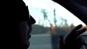 El individuo monta en el coche y fuma almacen de video