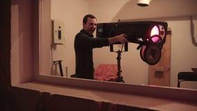 El individuo muestra una ametralladora en una arcón usando un punto del siguiente almacen de metraje de vídeo