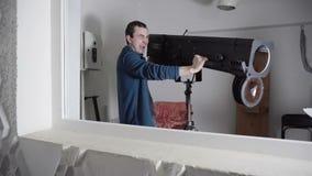 El individuo muestra una ametralladora en una arcón usando un punto del siguiente almacen de video