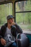 El individuo que conduce en el autobús viejo Imágenes de archivo libres de regalías