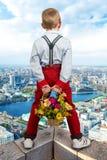 El individuo que espera a la muchacha en el tejado de un rascacielos encuentro romántico en la altitud Foto de archivo