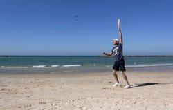 El individuo que juega a tenis en la playa imágenes de archivo libres de regalías