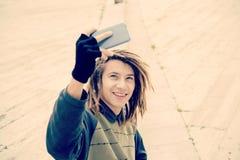 El individuo que sonreía tomando el selfie en el filtro caliente de la ciudad se aplicó Imagen de archivo