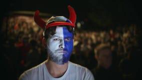 El individuo ruso del primer perdió el deporte apostado muy enojado con el equipo del juego de muchedumbre del fondo almacen de video