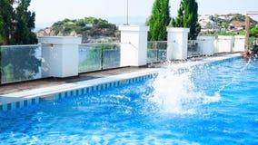 El individuo salta en la piscina almacen de metraje de vídeo