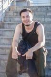 El individuo se está sentando en las escaleras fotos de archivo