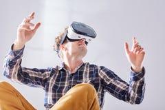 El individuo se traslada al futuro con los vidrios de VR Fotografía de archivo libre de regalías