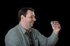 El individuo sonriente quiere un más tiro de la vodka Fotografía de archivo libre de regalías