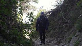 El individuo sube para arriba el camino rocoso estrecho escarpado metrajes