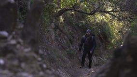 El individuo sube para arriba el camino rocoso estrecho escarpado almacen de video
