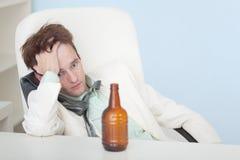 El individuo sufre de la resaca - cerveza Foto de archivo libre de regalías