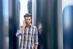 El individuo tiene conversación seria al lado del teléfono Fotografía de archivo