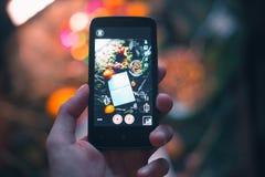 El individuo toma una imagen de la aún-vida del ` s del Año Nuevo en el teléfono Imagen de archivo