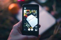 El individuo toma una imagen de la aún-vida del ` s del Año Nuevo en el teléfono Imagen de archivo libre de regalías