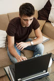 El individuo trabaja con la computadora portátil en el país Fotos de archivo libres de regalías