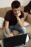 El individuo trabaja con la computadora portátil en el país Fotos de archivo