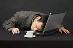 El individuo trabajado en la noche en Internet tiene dormido caido Fotos de archivo