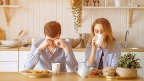 El individuo triste de la muchacha de los pares tiene té de consumición del desayuno silenciosamente fotos de archivo libres de regalías