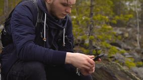 El individuo-turista empuja su finger en el teléfono móvil almacen de metraje de vídeo