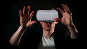 El individuo utiliza los vidrios de VR en el café metrajes